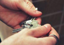 hypoteční úroky klesly